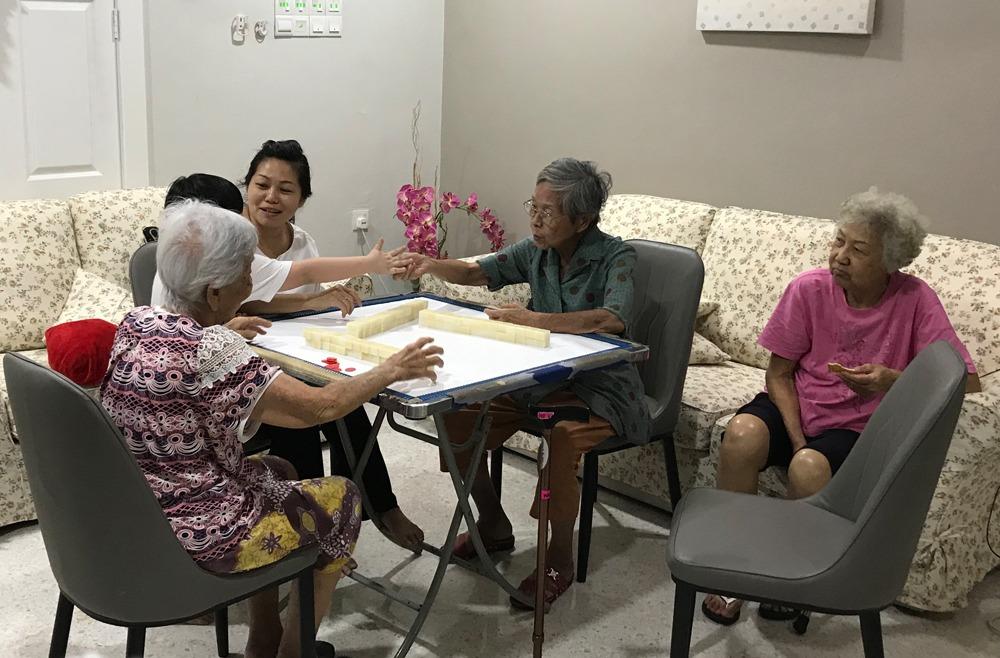 Playing Mahjong 玩麻将