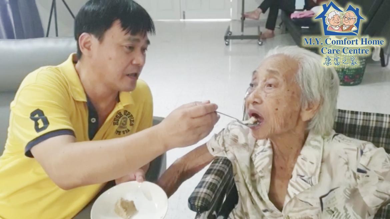 Mr Tan Feeds Seniors Carefully 陈院长细心的喂食年长者